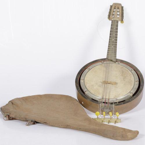 A banjo in a cloth satchel Einige Schlingen fehlen.