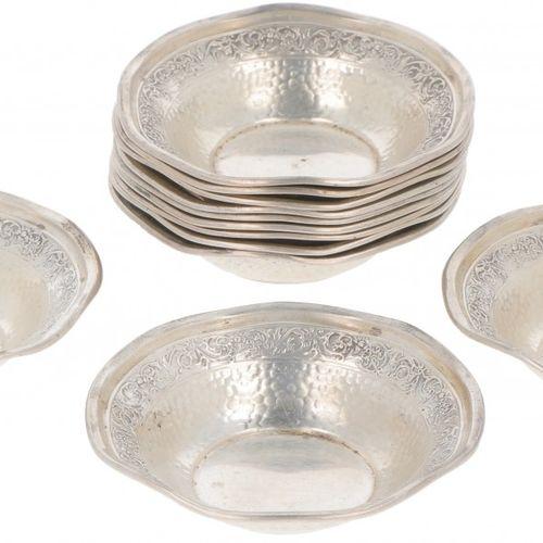 (12) piece set of chocolate bowls silver. Adornado con adornos cincelados y parc…
