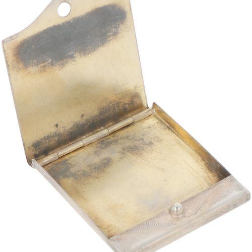 Match case silver. Ausgestattet mit gravierten guillochierten Verzierungen. 20. …
