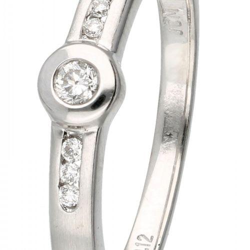 18K. White gold JCM ring set with approx 0.08 ct. Diamond. 巴伦西亚,西班牙。镶嵌有7颗明亮式切割钻石…