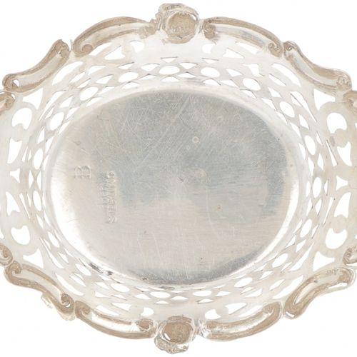 (6) piece set of bonbon or 'sweetmeat' baskets silver. Modèles coulés avec côté …