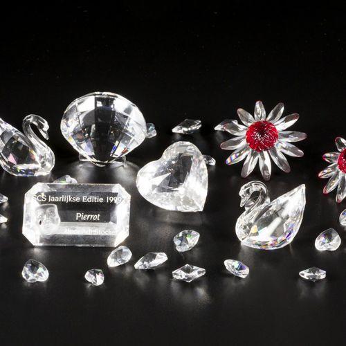 (7) Part lot Swarovski miniatures. 由两只天鹅、两朵雏菊(红色)、贝壳、名字牌和一个带有小心形的袋子组成。都在原来的盒子里。各…