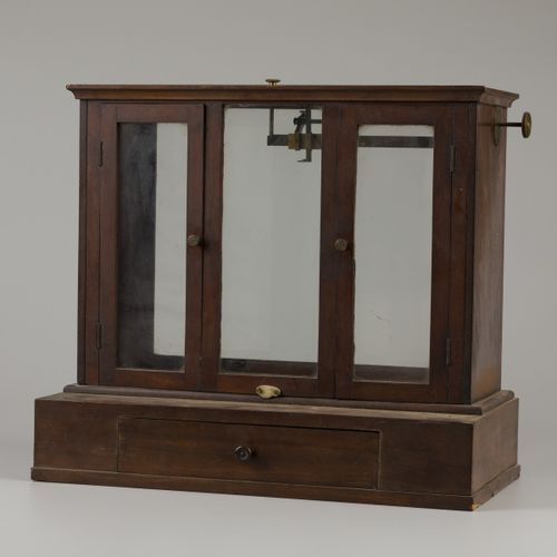A mahogany veneered apothecary scale with drawer, ca. 1950. Balances et poids ma…