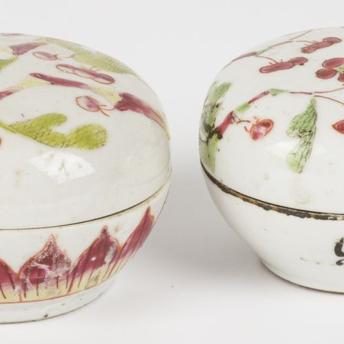 A lot of (2) porcelain lidded boxes with floral decoration. China, circa 1900. 直…