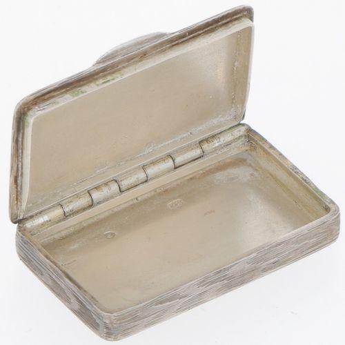 (2) piece lot of silver boxes. Bestehend aus 2 Dosen in verschiedenen Ausführung…