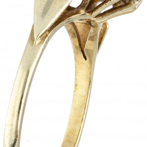 14K. Bicolor gold rosette ring set with approx. 0.10 ct. Diamond. Punzierungen: …
