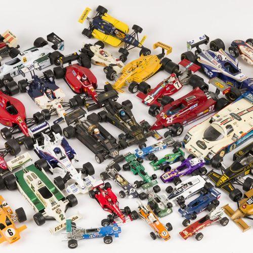(38) piece lot Formula 1 model cars 由各种品牌组成,包括Politoys, Burago, Dinky玩具等。20世纪。估计…