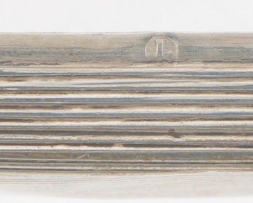 Peppermint box silver. Modèle carré à décor côtelé et gaufré, avec un cartouche …