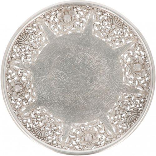 Fruit bowl silver. Modelo redondo con pie con decoraciones tradicionales caladas…