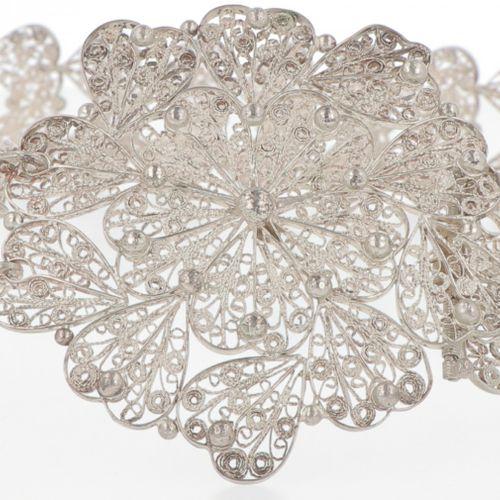 Bridal belt silver. Cinturón de novia adornado con adornos tradicionales en fili…