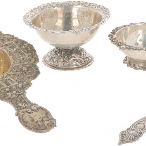 (5) Piece lot of tea strainers & drip trays silver. Bestehend aus Teesieben, Abt…