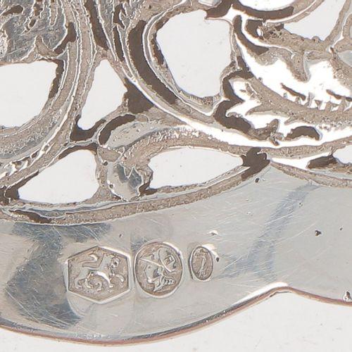 Wet fruit scoop silver. 模制模型,有镂空和部分雕刻的花纹图案。荷兰,Zutphen,B.W. Van Eldik,1945/46,标记。…