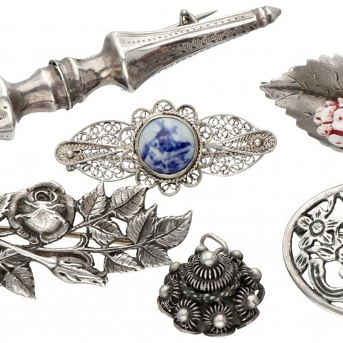 Lot comprising 5 silver antique brooches and a 'Zeeland knot' pendant 835/1000. …