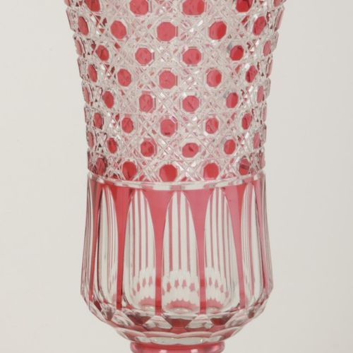 A cut crystal vase. Mid. 20th century. Mes. 43 x 21 cm. Légère détérioration du …