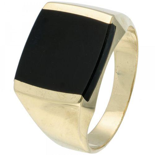 14K. Yellow gold signet ring set with onyx. Ringgröße: 19,5 mm / 61 mm. Gewicht:…