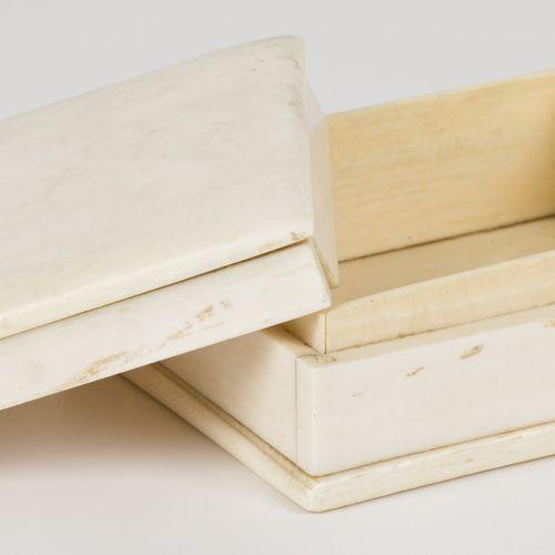 An ivory lidded box. Congo, circa 1930. 尺寸。4.5 x 9 x 11厘米。缺少侧面的碎片。