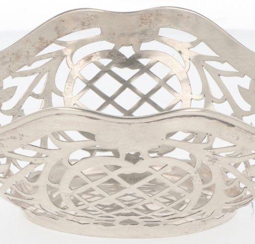 Silver bonbon or 'sweetmeat' basket. Ovales Modell mit durchbrochenem Rand und g…