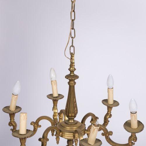 A brass pendant chandelier, Dutch, 20th century. Six lumières et avec fausses bo…