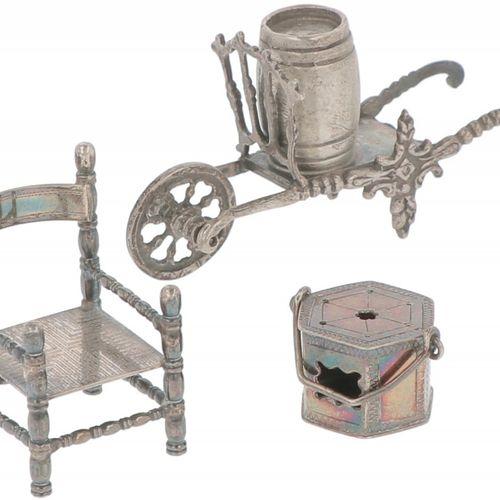(3) Piece lot miniatures silver. Compuesto por una silla, una carretilla con bar…