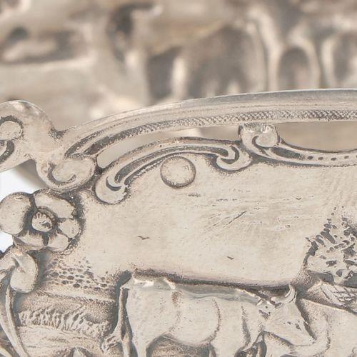 Silver bonbon or 'sweetmeat' basket. 椭圆形的模型上有很多模制的装饰和场景的卡图。有焊接的爪子脚。荷兰,20世纪,印记。Le…
