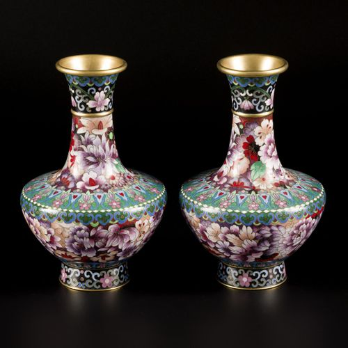 A set of (2) cloisonne vases with floral decor, China 20th century. H. 22 cm.