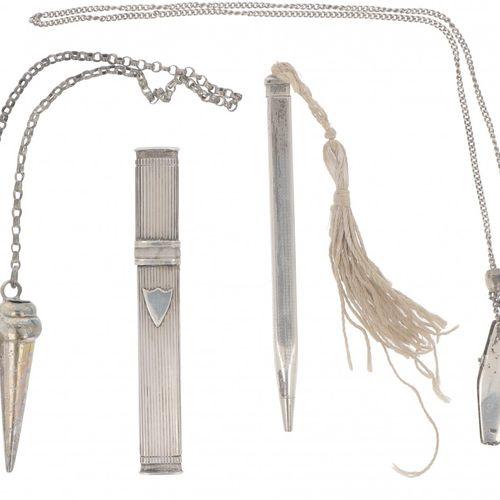 (4) piece lot miscellaneous silver. Bestehend aus einem Satz Strickmützen, einem…