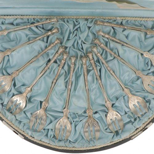 (12) Piece set of cake forks silver. Adornado con decoraciones grabadas, con su …