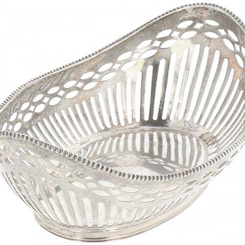 Bonbon or 'sweetmeat' basket silver. Modelo calado con borde perlado soldado. Pa…