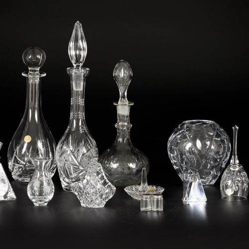 A lot comprised of various crystal objects. Y compris les carafes. Diverses cond…