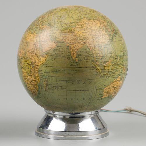 A lot comprising (2) terrestial globes. 其中一个放在木质支架上,另一个放在金属支架上。高:35厘米和更小。
