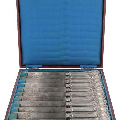 (12) piece set dinner knives silver. Mit gefüllten Griffen, reich verziert, in o…