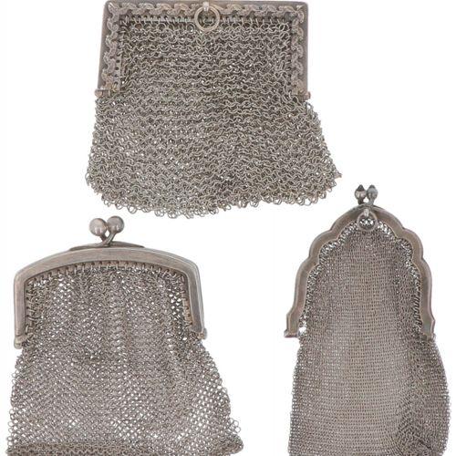 (3) Piece lot of silver bracket purses. 不同的版本,都有一个链式邮袋。德国,20世纪,印记:各种印记, 有使用痕迹。11…