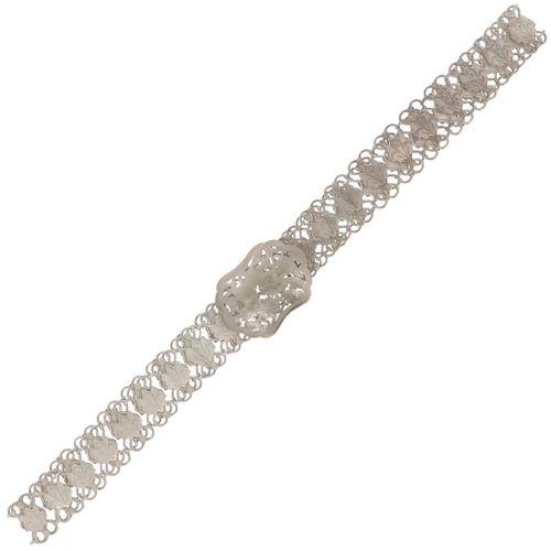 Bride belt BLA. Modelo tradicional con cierre calado. Siglo XX, signos de desgas…