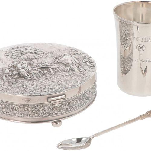 (3) piece lot of silver plated objects. 由一个珠宝盒,饮水杯和勺子组成。20世纪,印记:90,Zilpla。381克,镀…