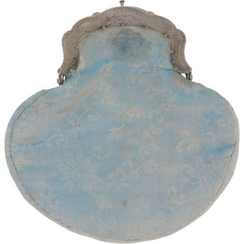 Bracket bag silver. Beau modèle avec décor Biedermeier gravé et pochette en sati…