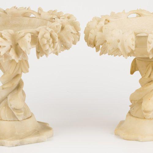 A set comprising (2) alabaster tazza's, Germany, 19th century. El borde con foll…