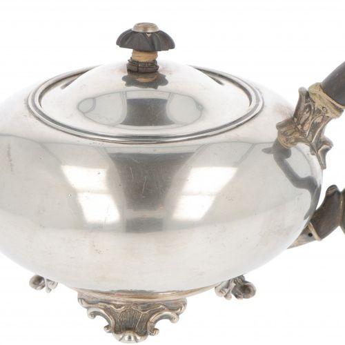 Teapot silver. Modelo bajo con base soldada ornamentada, adornos moldeados en el…