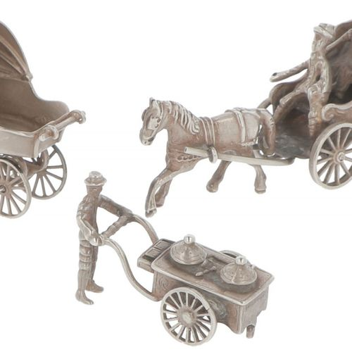 (3) Piece lot miniatures silver. Compuesto por un coche de caballos, un carrito …