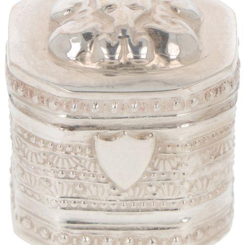Loderein box silver. Mit geprägtem Dekor und unbesetzter Initialen Kartusche. Ni…