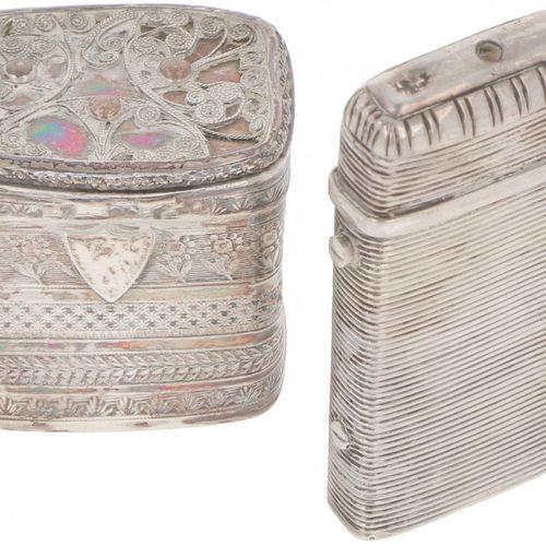 (2) piece lot of silver boxes. Bestehend aus einem Vesta Etui und einer Lodeinsc…