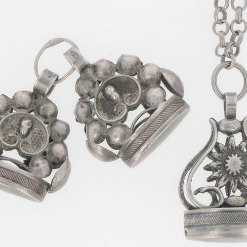 Necklace with 3 cachets of silver. Bestehend aus einer Kette mit Gütesiegel und …