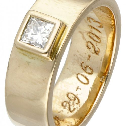 14K. Yellow gold solitaire ring set with approx. 0.30 ct. Diamond. Sellos: 585. …