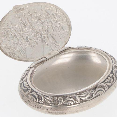 Snuff box silver. Modelo ovalado con decoraciones moldeadas en relieve. Países B…