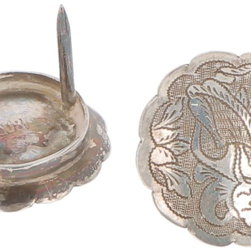(5) piece lot, various silver. Bestehend aus einem Salzstreuer mit blauem Glasei…
