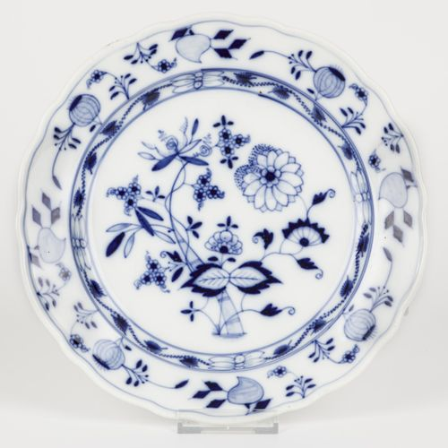 A porcelain plate with Zwiebelmuster decoration. Meissen, 1st half 20th century.…