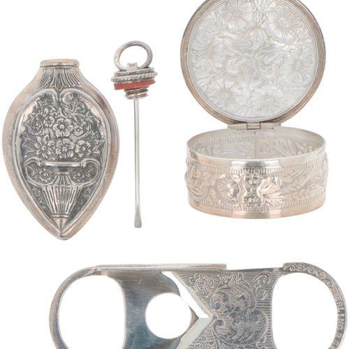 (4) piece lot miscellaneous silver. Comprenant un tire bouchon, un coupe cigare,…