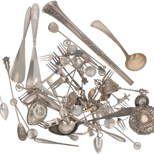 Large lot of various silver / silver plated objects. Compuesto por objetos de pl…