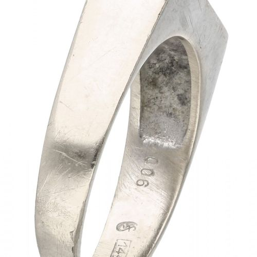 14K. White gold ring set with approx. 0.06 ct. Diamond and lapis lazuli. 3 diama…