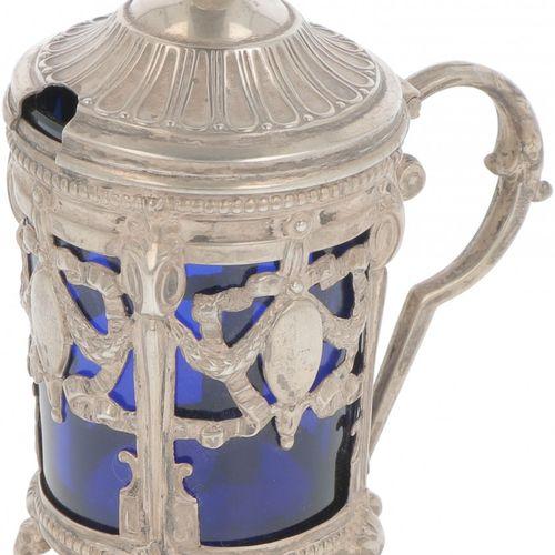 Mustard jar silver. Adornado con cintas, patas de cabra y bordes de perlas. Comp…