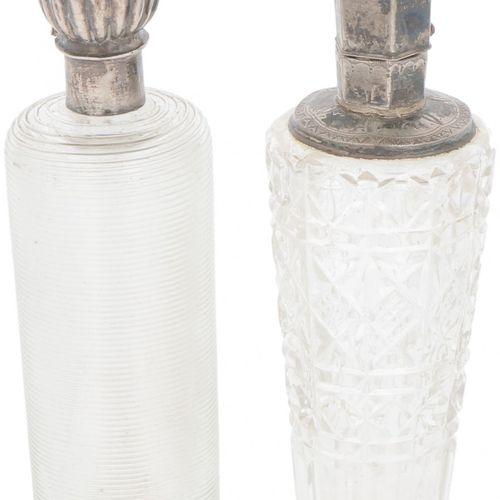 (2) piece lot of perfume bottles silver. 由钢丝玻璃和切割玻璃制成,都装有银色的盖子,1个有塞子。荷兰,20世纪初,印记…